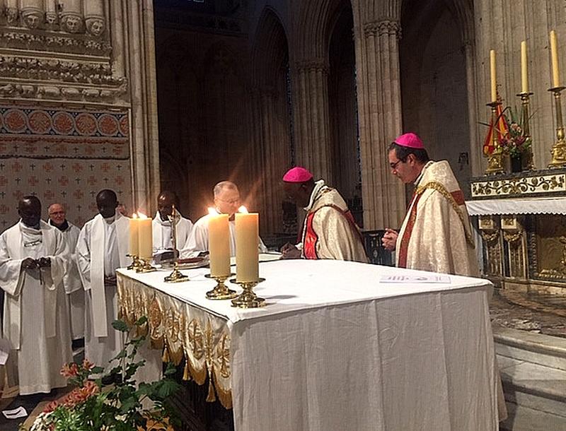 Signature de l'acte de jumelage par les deux évêques