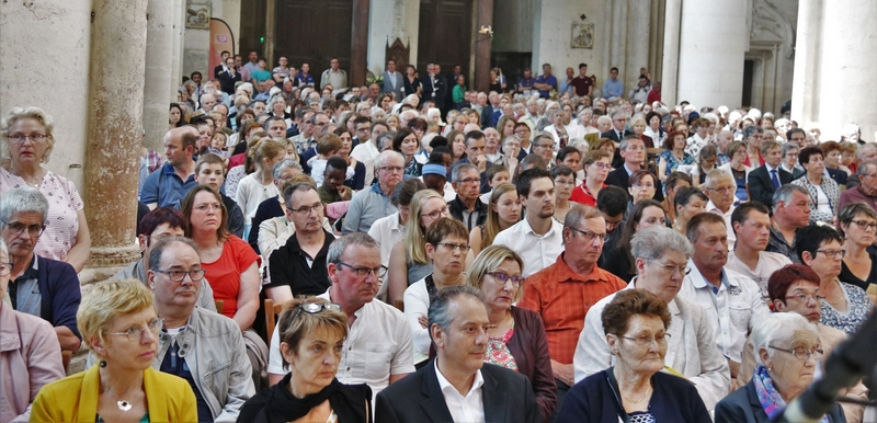 L'assemblée, très nombreuse, envahissait toute la cathédrale, y compris l'arrière-choeur.