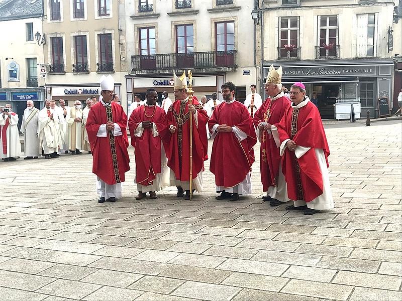 Les 4 évêques : Mgr Habert et Mgr Bozo, et 2 évêques émérites : Mgr Maurice de Germiny (ex Blois) et Mgr Louis (ex Châlons en Champagne)
