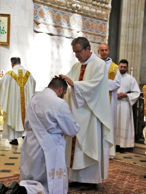 L'imposition des mains par les prêtres.