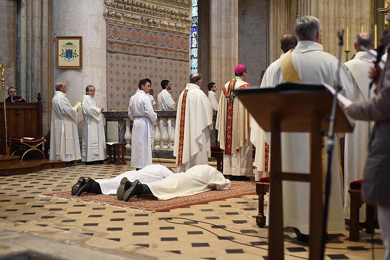 sont prostrés pendant la litanie des saints,