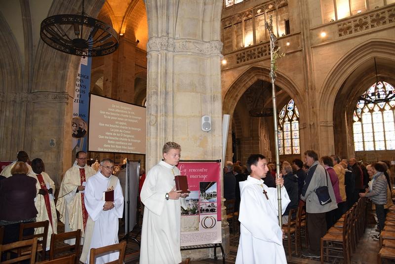 Début de la procession d'entrée de la messe