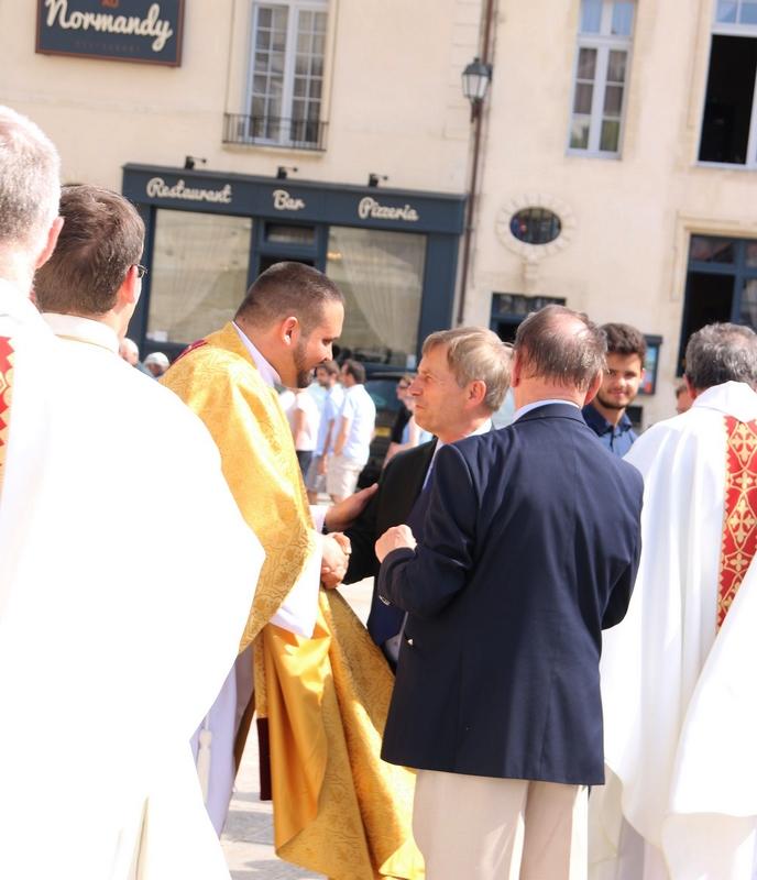 Joaquim Pueyo, député d'Alençon, tient à saluer le nouveau prêtre.