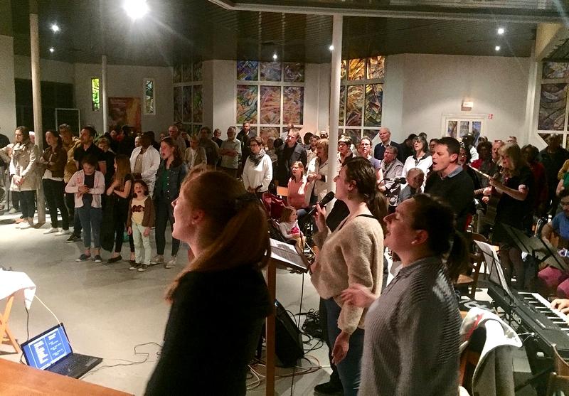 Assemblée nombreuse (environ 120 personnes !), très priante, fort bien animée par les différents groupes de prière du pôle missionnaire.
