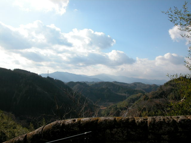 遠く祖母傾山を望む。
