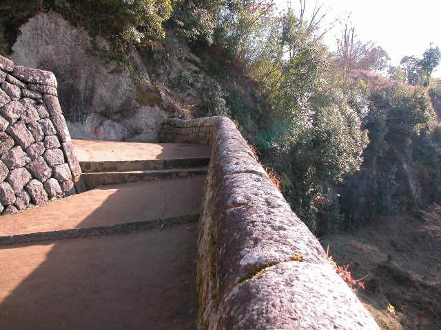 岡城祉への登り口にある丸い石組みです。