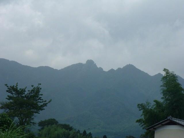 裏山の霊峰「越敷岳(こしきだけ)」です。あの頂上の向こうは熊本県。頂上で両県に向かって紙飛行機を飛ばして遊びました。
