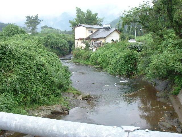 田舎の自宅前の小川です。小さい頃はここで泳いだり、魚釣りをしていました。