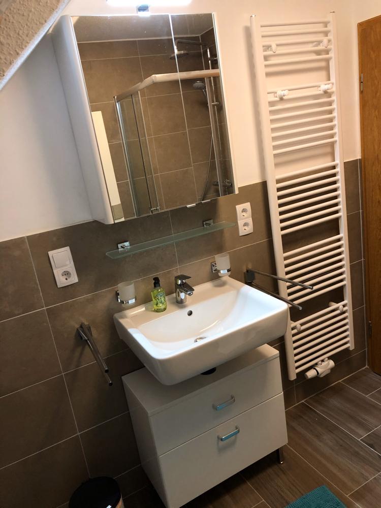 Badezimmer 1. Etage mit Dusche, Toilette und Waschmaschine