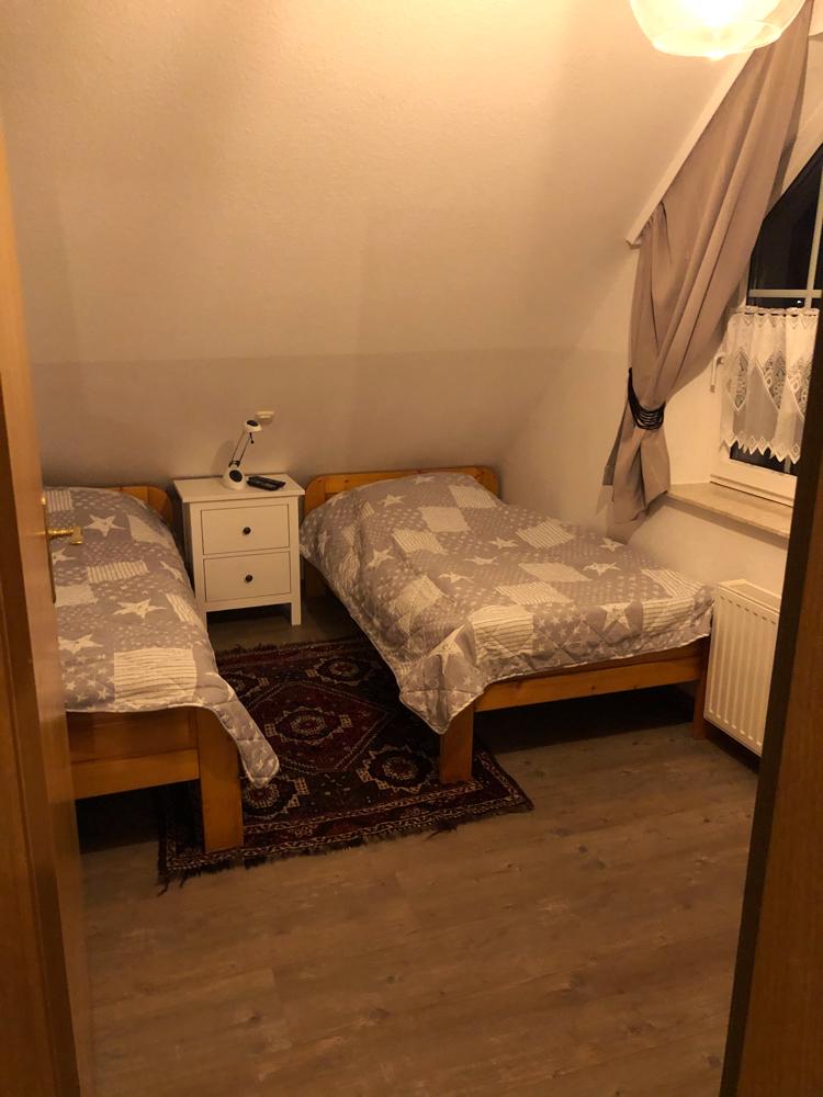(Kinder-)Schlafzimmer mit zwei Einzelbetten
