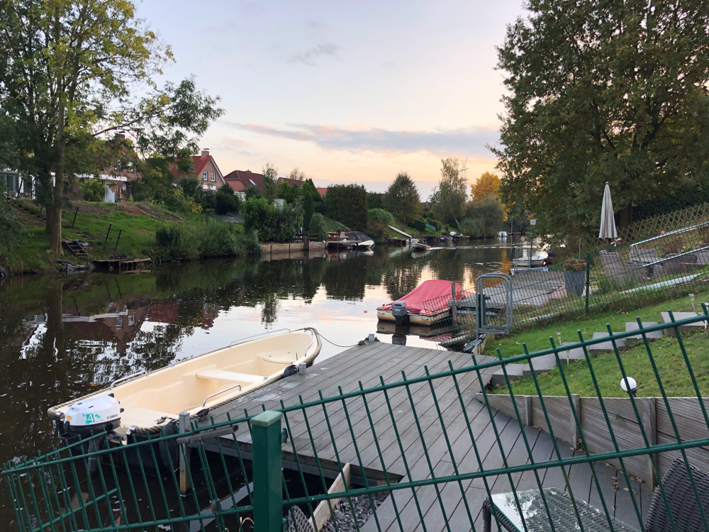 Blick vom eigenen Steg in den Kanal