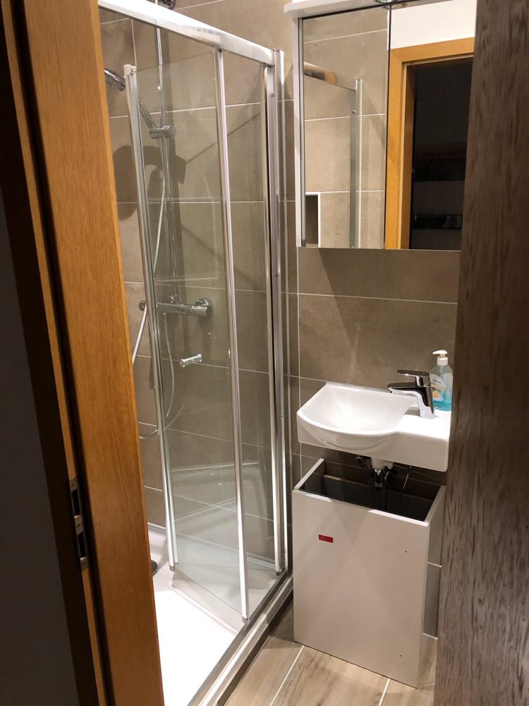 Badezimmer Erdgeschosse mit Dusche und Toilette