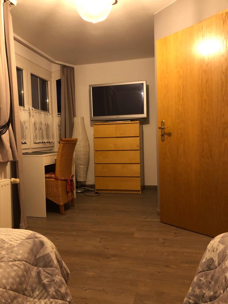 (Kinder-)Schlafzimmer mit Blick auf den Schreibtisch/ TV/ Kommode
