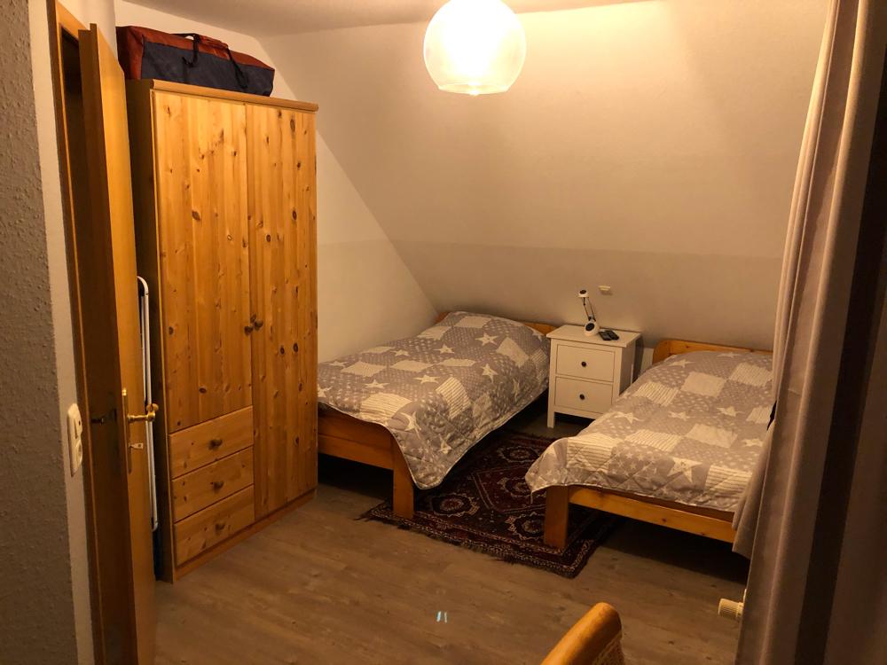 (Kinder-)Schlafzimmer mit zwei Einzelbetten Blick auf den Kleiderschrank