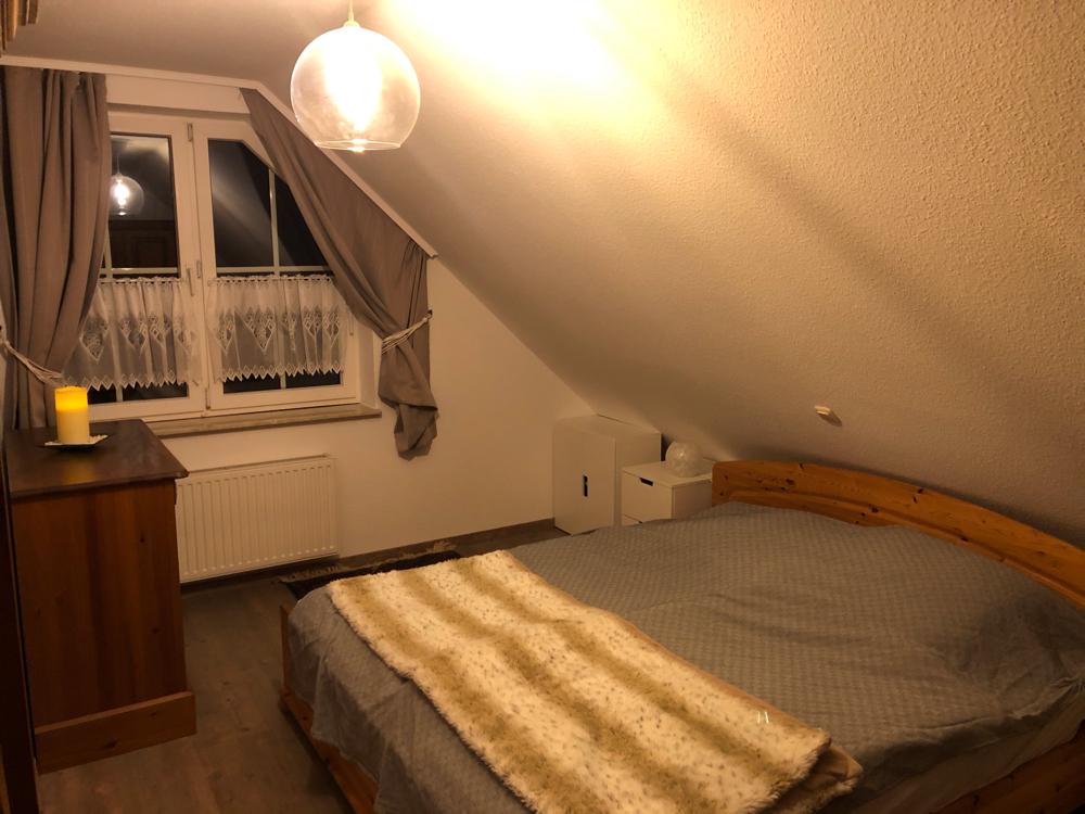 (Eltern-)Schlafzimmer mit Doppelbett