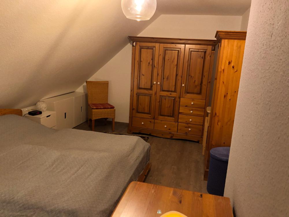 (Eltern-)Schlafzimmer mit Doppelbett Blick auf den Kleiderschrank
