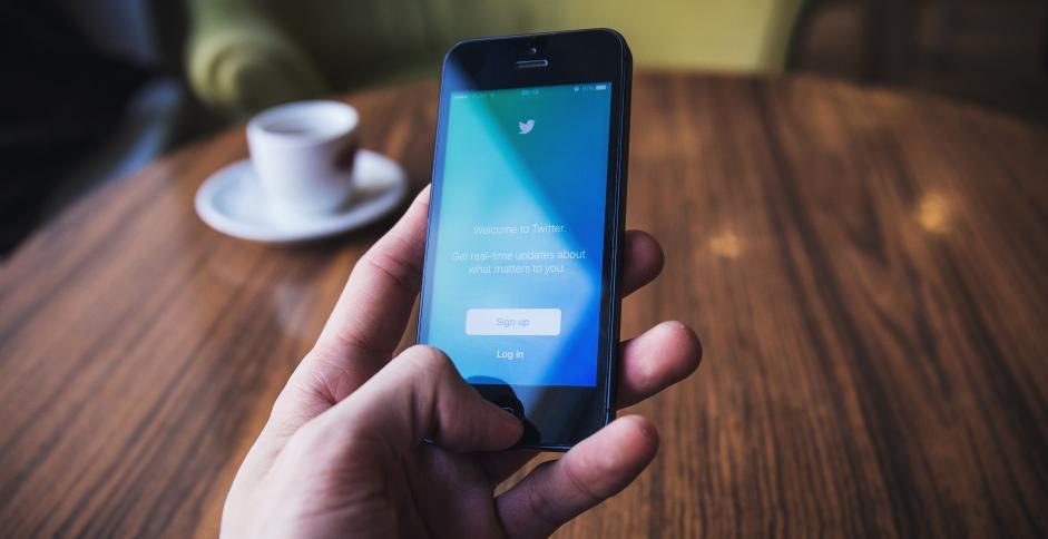 Téléphone avec la page de connexion de Twitter, où sont beaucoup évoquées les effractions digitales