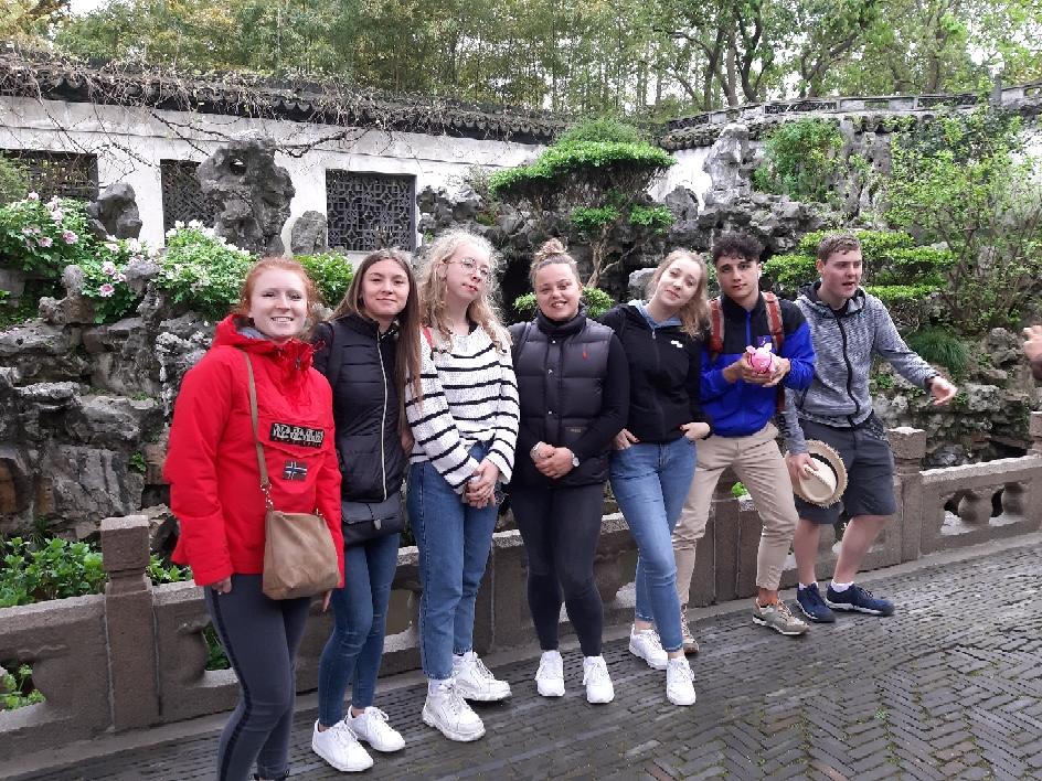 Visite du jardin de la dynastie wing, accompagnés par Re nez ,la mascotte du groupe qui se trouve dans les mains de Thomas ;)  (Shanghaï )
