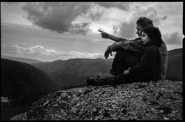 Oliver Mertins mit seiner Tochter Schaganeh in den Bergen von Geres, Portugal