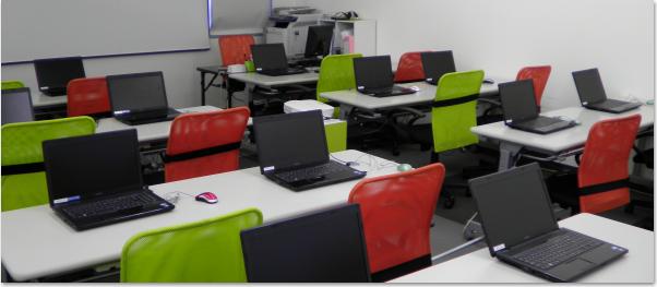24名収容のパソコン教室です。