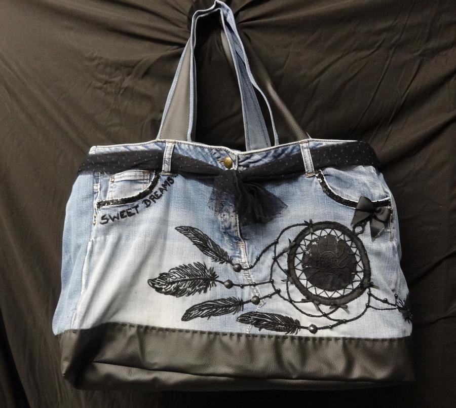 Maxi crazy jeans brodé et appliqué  attrape rêve - Fond : 50 cm x 24 cm - Hauteur : 34 cm - 120 euro
