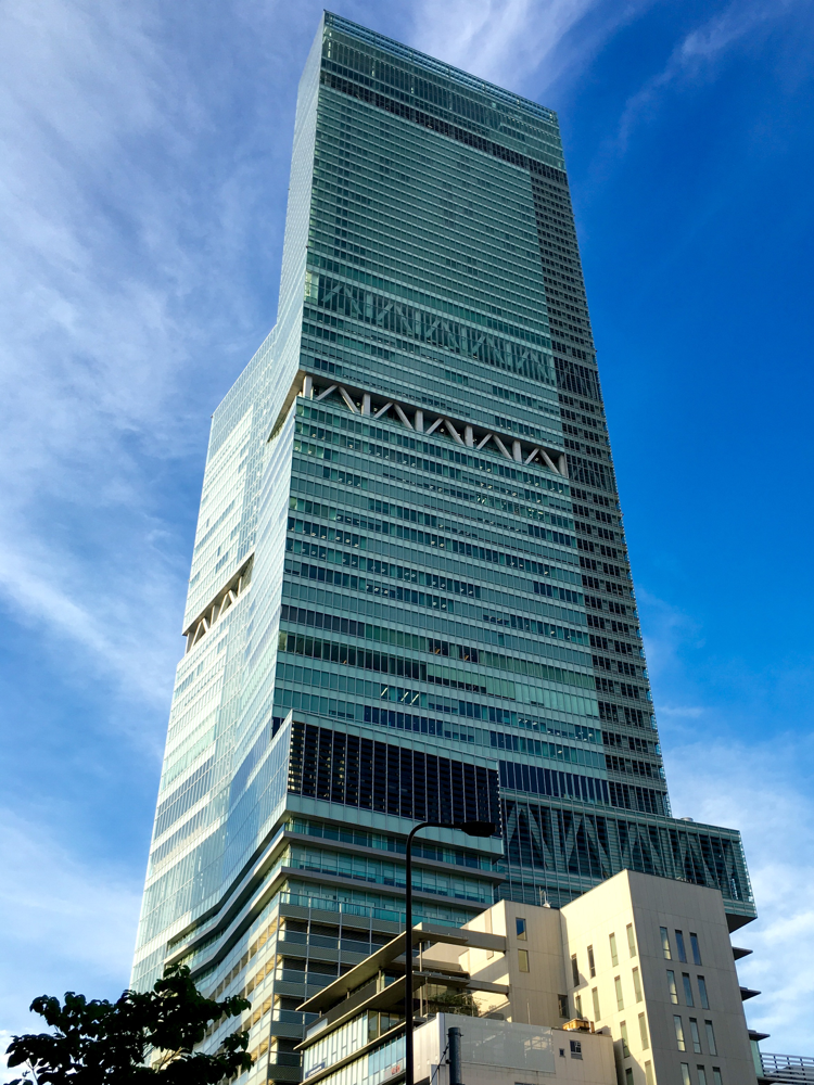 Das höchste Haus in Japan. Es ist genau 300 Meter hoch.