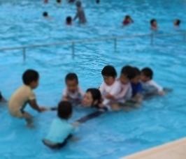 みんなでプール。