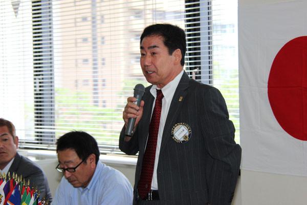 就任の挨拶に立つ小川会長