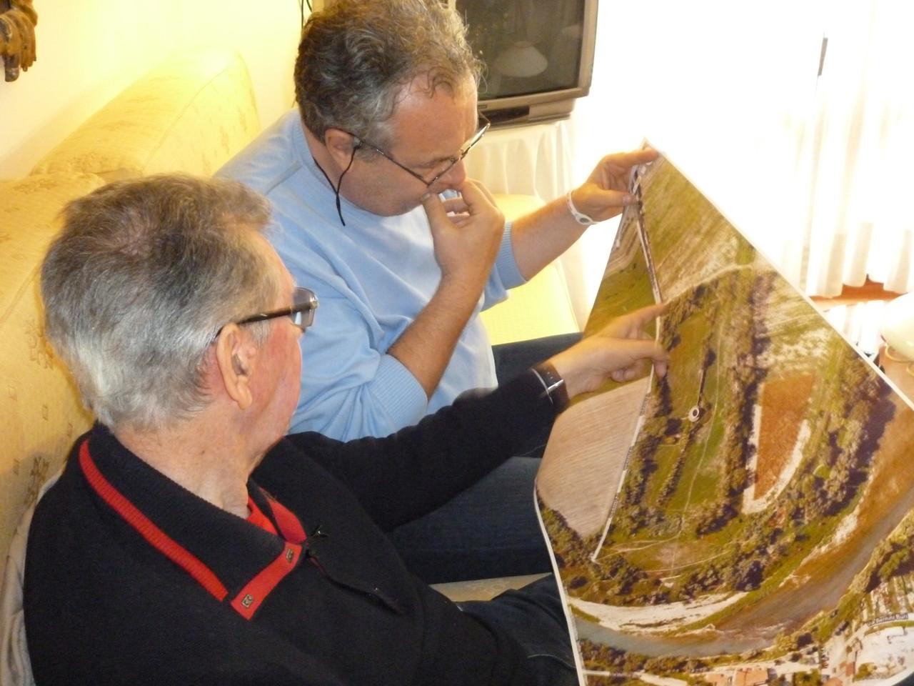 Il signor Lino Armani indica al regista Mauro Vittorio Quattrina dove si trovava al momento dell'esplosione all'interno del Lazzaretto nel 1945