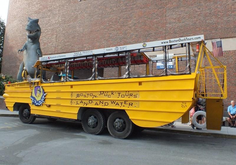 水陸両用バスで市内をドライブして、チャールズ川に入るツアーバスです。