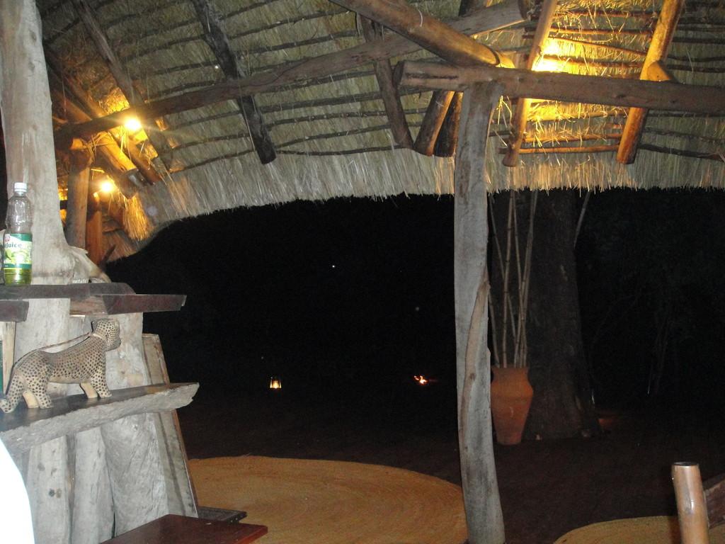 ンダラクワイキャンプのラウンジ灯りはランプだけ