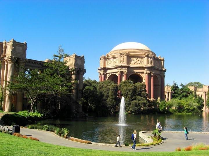 パレス・オブ・ファインアーツ。1915年にサンフランシスコ万国博覧会のために建てられ保存された一部だそうです。