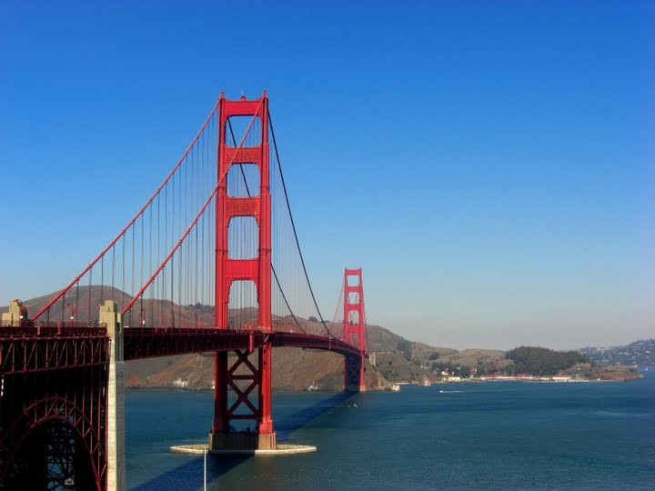 青い空と湾に掛かる赤色の橋。ゴールデンゲートブリッジです。