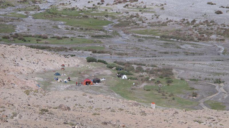 Das grüne Chinese Basecamp (3900 m) fünf Minuten nach dem Aufbruch Richtung Italy Basecamp <br> © Gerlinde Kaltenbrunner