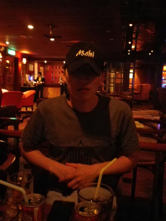 僕がもらったアサヒの帽子をかぶるコォンゴォン。