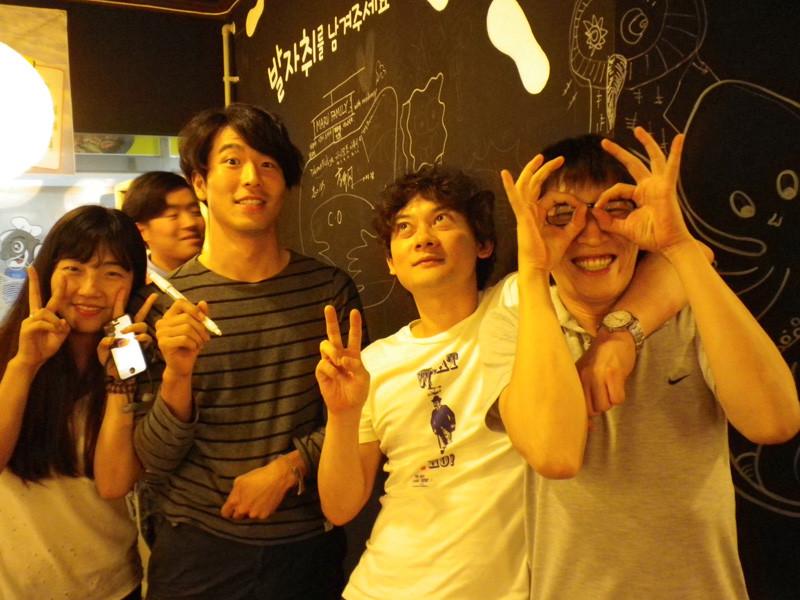 タコ屋の壁に落書きをした。左からつばさちゃん、チャンスター、僕、コォンゴォン。