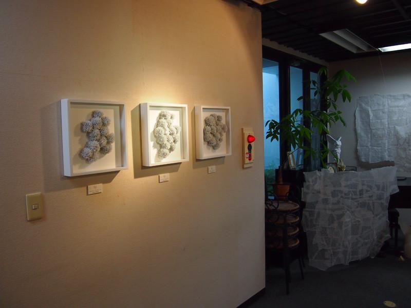 左の白い作品は橋本敦史さんの作品。右の紙の作品は井ノ上理恵さん