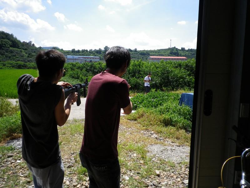 李さん、コォンゴォンにエアガンで狙い撃ちされる高さん。