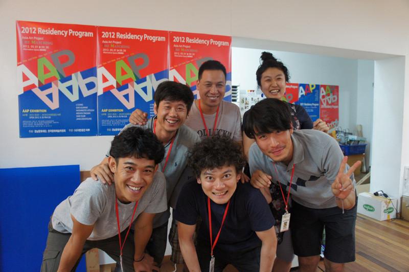 前列左から橋本さん、僕、チャンスター。後列左から李さん、高さん、シンシン。