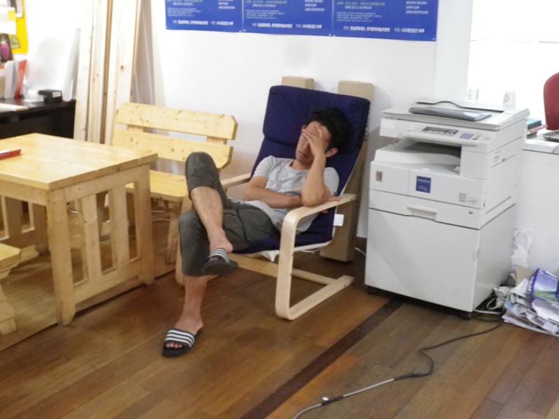 眠る橋本さん。