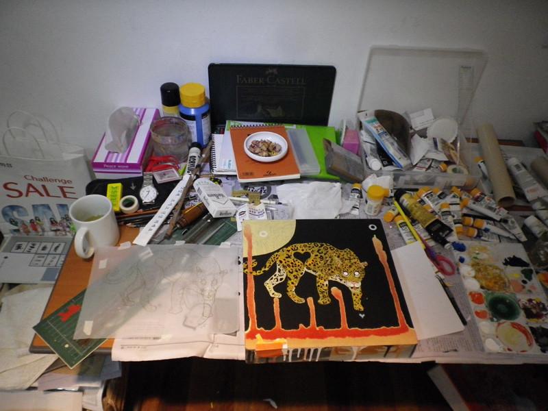 僕の机はとにかく汚い。