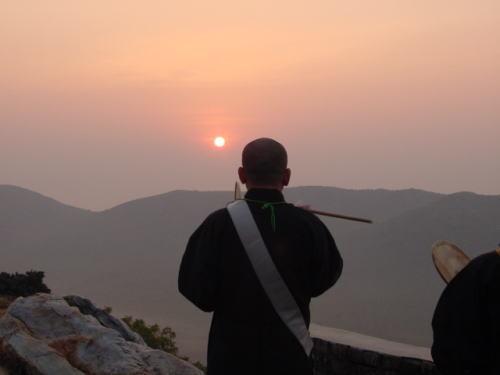 2002年11月 第1回 龍泉寺仏蹟参拝旅行の際 インド霊鷲山にて 旭日に向って唱題