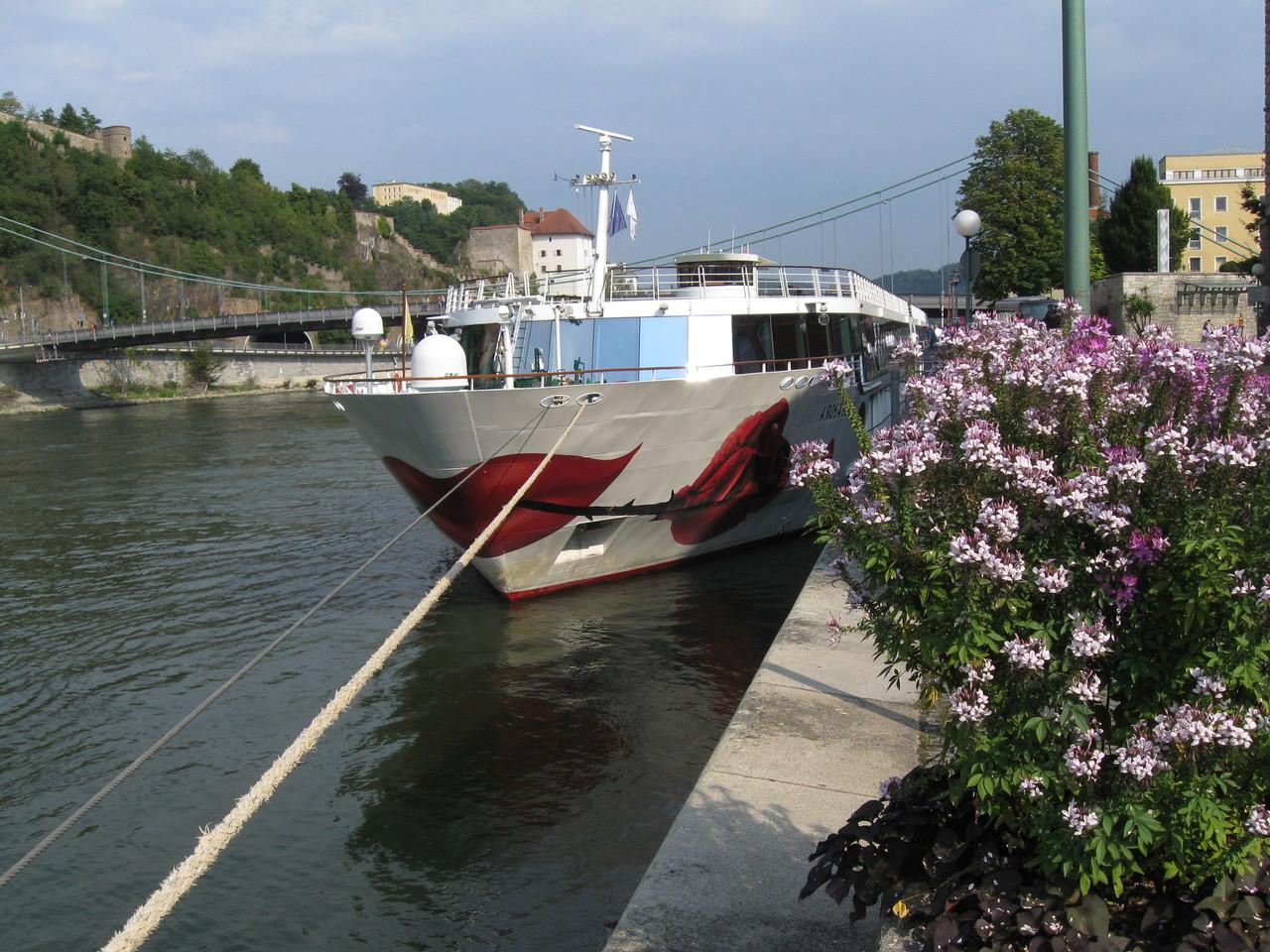 Fluss-Kreuzfahrt-Schiff am Anleger in Passau