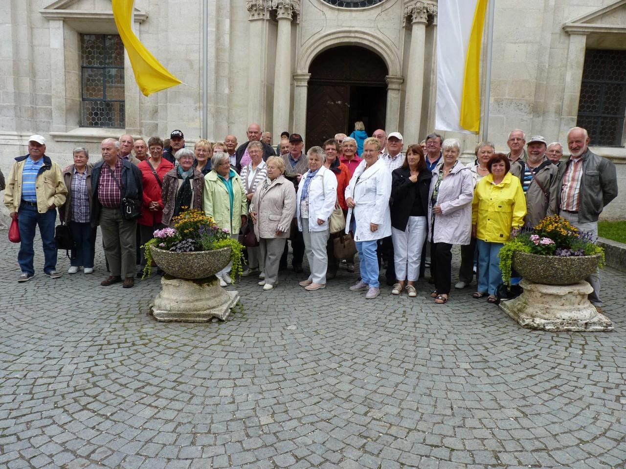 Die Reisegruppe vor der Klosterkirche in Weltenburg