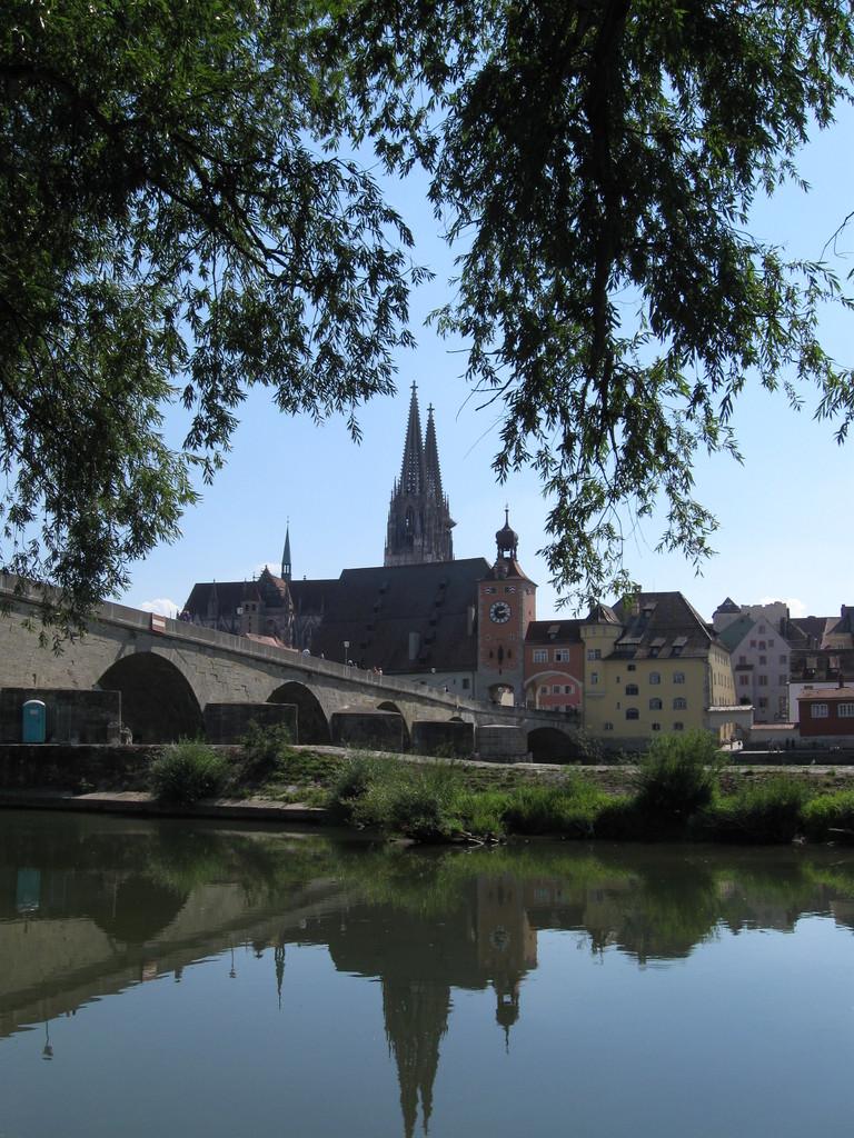"""Blick auf die """"Steinerne Brücke"""" und den Dom St. Peter in Regensburg"""