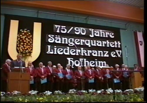 Der Jubelchor auf der festlich geschmückten Bühne in der Turnhalle