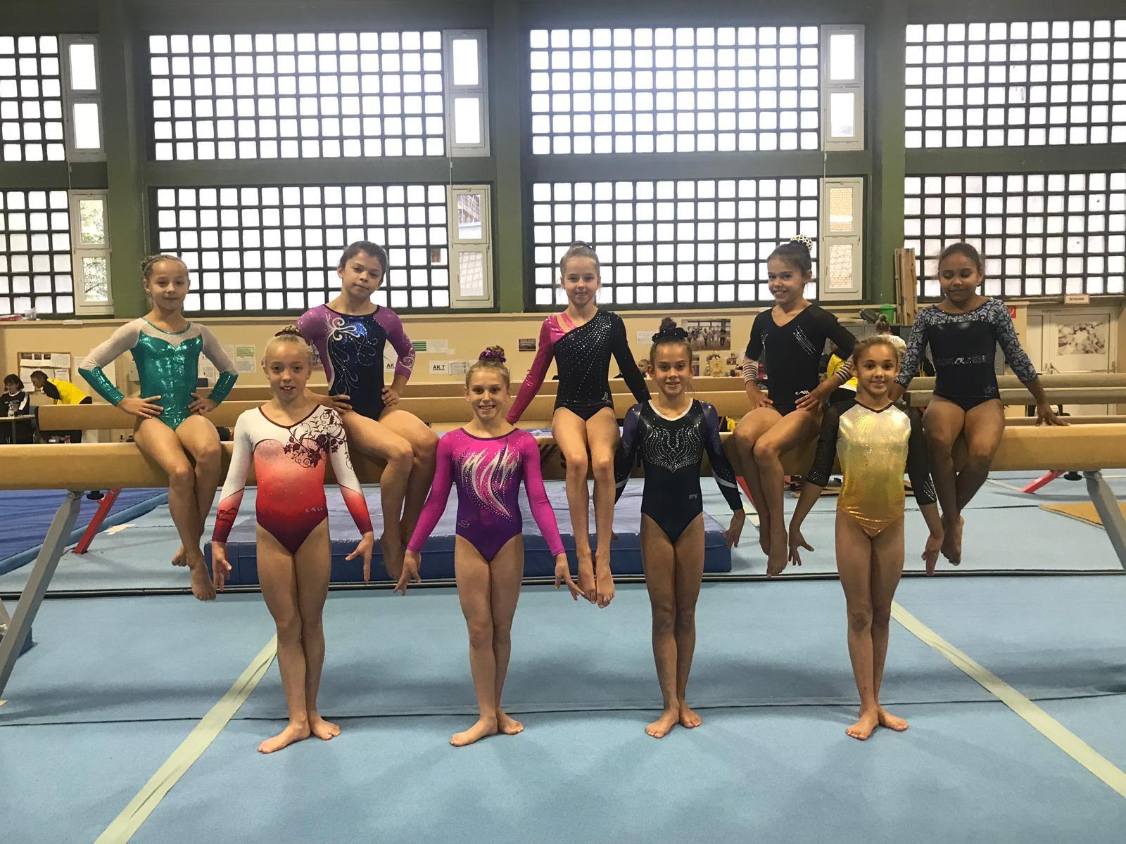 Alterklasse 11, Lara 2. von rechts am Balken sitzend