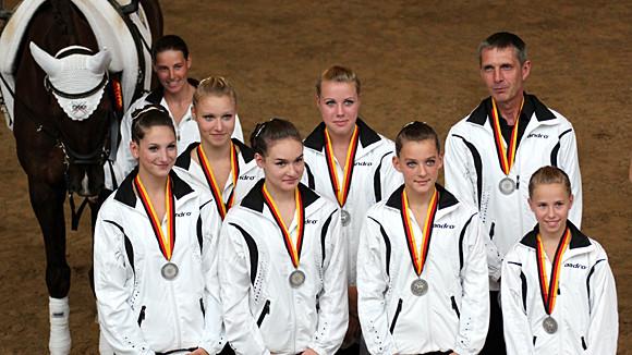 Tanja mit Santaro sowie Lena, Luisa, Anne, Betty, Kim, Peter & Jannika