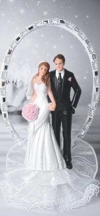 Romantisches Brautpaar mit Bogen