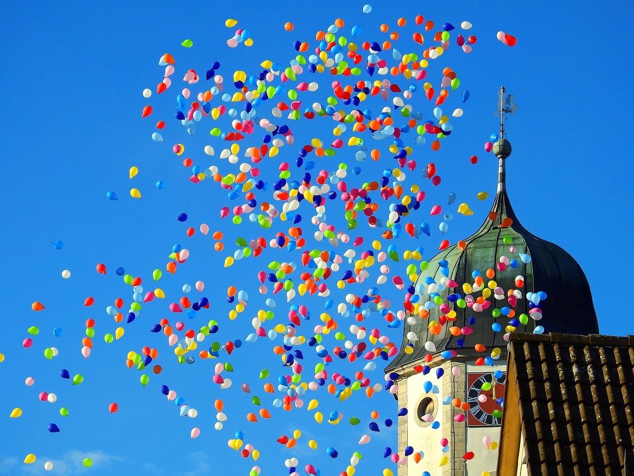 Bunte Ballons werden steigen gelassen